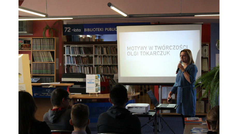 """""""Jesteśmy tu po to, żeby czytać"""". Wykład o twórczości Olgi Tokarczuk w Krośnieńskiej Bibliotece Publicznej"""